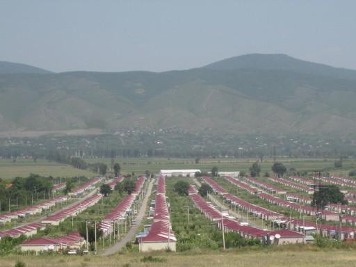 Georgien-IMG_1035 - Flüchtlingssiedlung bei Gori - erbaut mit Mitteln der EU. In mehreren Dörfern haben die Häuser kein fließendes Wasser!