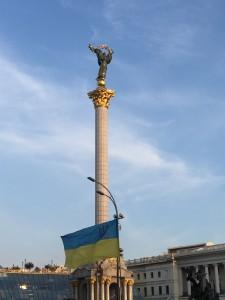 Europa thront über dem Maidan in der Mitte Kiews