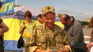 Kämpfer in der Ostukraine, wirbt um Spenden