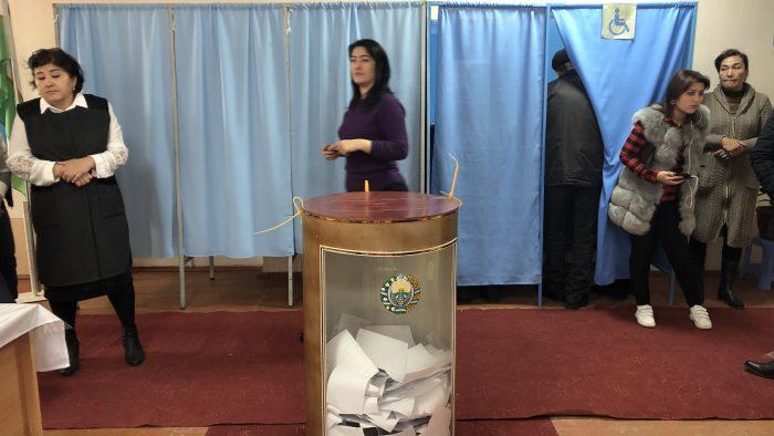 IMG_7828 - Wahlkabinen und transparente Urnen